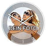PhotoFancy® - Uhr mit Foto bedrucken - Runde Fotouhr aus Kunststoff - Wanduhr mit eigenem Motiv selbst gestalten (26 cm rund, Design: Klassisch schwarz / Zeiger: weiß)
