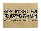 LUXECARDS POSTKARTE aus Holz HIER WOHNT EIN FEUERWEHRMANN Holzpostkarte
