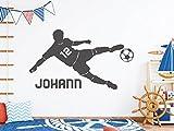 tjapalo® s-pkm403 Wandtattoo Junge mit Namen Wandtatoo Fussball mit Namen und Wunschnummer (B58 x H33 cm)