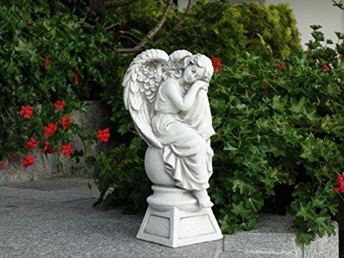 Wunderschöne frostfeste Engel Figur aus Steinguss auf Podest