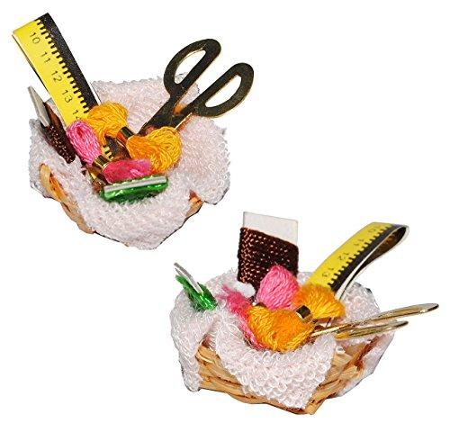 Nähkorb mit Garn, Schere, Maßband und Stoff - Miniatur / Maßstab 1:12 - Zubehör Puppenstube / Puppenhaus - Nähmaschine Nähkörbchen Nähen Basteln Set