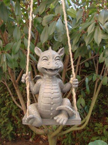 Drache sitzt auf Schaukel . Gartenfigur. Frostfest. Mysticalls. 26 cm.