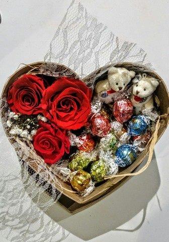 corazon-mediano-de-3-rosas-naturales-preservadas-con-encajemusgo-y-rafia-con-bombones-lindt-envio-en