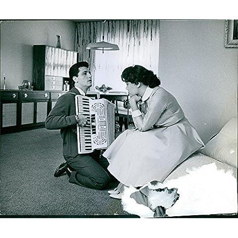Vintage foto de hombre tocando acordeón y mujer disfrutar de escuchar música. 1960