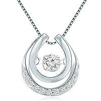 Il ciondolo è composto da set solitario in oro bianco 18kt, con diamante rotondo al centro, e circondato da 11pezzi di diamanti rotondi. viene fornito con una catena in argento 925di 40,6cm/40cm. Un regalo ideale per anniversario/complea...