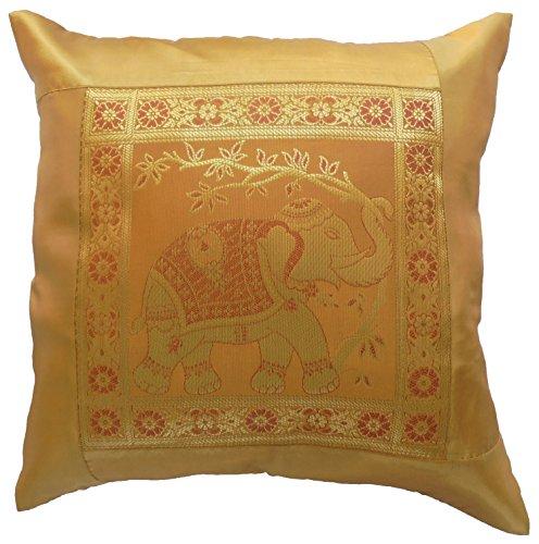 Diseño de flores de oro de la funda de almohada con diseño...