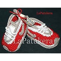 Patucos para bebé de crochet, Unisex. Estilo Nike, de color Rojos/Grises, 100% algodón, tallas de 0 hasta 12 meses, hechos a mano en España.