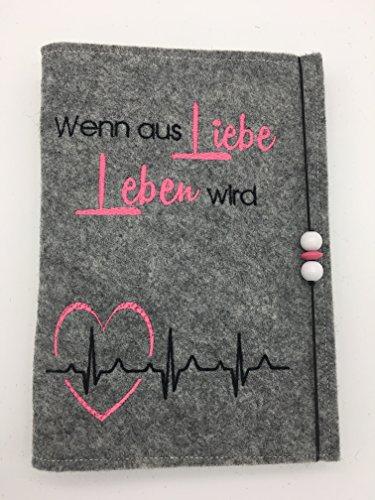 Bestickte Mutterpasshülle mit Spruch Liebe/Leben und Herz