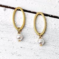 Schlichte zierliche Perlen-Ohrringe / zierlicher Perlen-Schmuck gold: Ovale Ohrstecker, matt vergoldet, mit kleiner Muschelkernperle