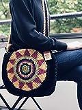 Maison Zoe Umhängetasche gehäkelt aus Stoff mit langem Trageriemen - 100% Handgemacht - Strickdesign vorne - Tragetasche