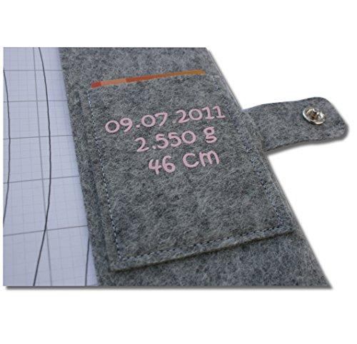 """U-Hefthülle Deluxe """"Es gingen eine ganze Weile"""" mit Namen und Geburtsdaten sowie zwei Fächern und Verschluss - aus 100% Wollfilz - in deutscher Handarbeit gefertigt - Rosa - 4"""