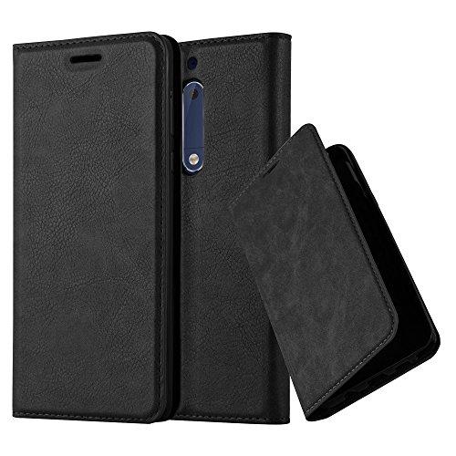 Cadorabo Hülle für Nokia 5-2017 - Hülle in Nacht SCHWARZ – Handyhülle mit Magnetverschluss, Standfunktion und Kartenfach - Case Cover Schutzhülle Etui Tasche Book Klapp Style