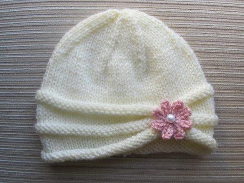 78183fad0a32 Patron de Tricot Bonnet a Bord Roule avec une Fleur pour une Petite Fille (6