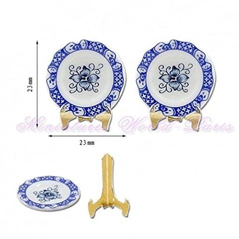 Accesoire miniature de maisons de poupées - 2 Assiettes en porcelaine avec support en métal.