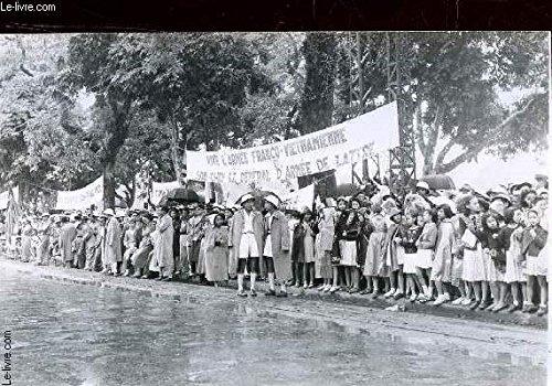 1-photo-noir-et-blanc-service-presse-information-une-foule-attndant-etproclamant-l-39-arrivee-du-general-de-lattre-de-tassigny-sous-la-pluie
