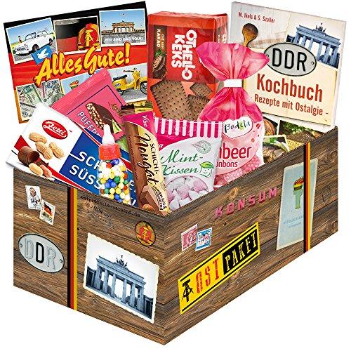 Selektion erlesener DDR-Süßigkeiten - Mintkissen Viba, Zetti Schlager Süßtafel, Viba Nougat Stange, uvm. +++ Feine Auswahl von beliebten DDR-Süßigkeiten +++ Kultprodukte verpackt in schicker Box mit DDR-Motiven +++ Lässt die Herzen echter Ossi-Männer und Ossi-Frauen höher schlagen +++ Beliebte Geschenkidee DDR-Präsentbox für Geburtstage und andere Anlässe Geschenkideen für Ihn zu Weihnachten Geschenkset für Mama Weihnachten Weihnachtsgeschenkideen für Papa Weihnachten Geschenk