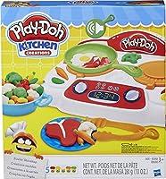 Hasbro B9014EU4Chef, un piano cottura che emette i suoni realistici della cucina. Le pentole sfrigolano quando le appoggi sui fornelli, e con gli stampi puoi preparare hamburger, bistecche, spiedini, verdure di contorno, uova o addirittura pe...