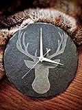 Platters Slate - Orologio rotondo da 22 cm, con incisione a forma di testa di cervo maschio; ideale come regalo.