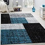 Questo tappeto chic cattura gli sguardi grazie ai dettagli turchesi. Particolarmente bello questo modello a pelo corto di facile cura, certificato Oeko-Tex e dal look industriale. I toni del grigio, nero e blu creano un'atmosfera moderna e ri...