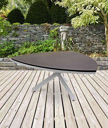 lifestyle4living Dreieckiger Gartentisch in Grau mit Dreibein aus Alu und Tischplatte aus Steinoptik sorgt für gemütliche Gartenabende
