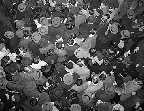 Womens Times Square (The Poster Corp Vintage Images - 1950s Aerial View of Crowd of Men and Women In Times Square NYC Celebrating New Years Many Hats Outdoor Kunstdruck (55,88 x 71,12 cm))