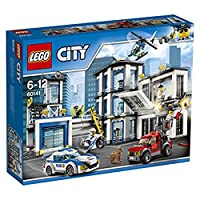 Lego 60141Dai l'allarme! I criminali stanno aiutando il loro complice a evadere dalla prigione, ma lo hanno colto di sorpresa, è sul water! Alza la piattaforma di sollevamento e inserisci la dinamite nel condotto e quindi fuggi prima che esploda. Pas...