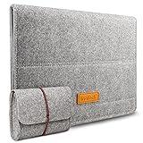 Housse destinée pour MacBook Air 11 Pouces Fabriquée et cousue à la main, elle est faite en feutre de laine dont une excellente souplesse se sent à l'intérieur et à l'extérieur. Texture de bonne qualité assure votre portable en toute sécurité et per...