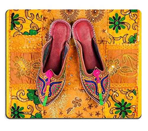 msd-in-gomma-naturale-gaming-mouse-immagine-id-38974326-colorful-etnici-scarpe-su-giallo-rajasthan-c