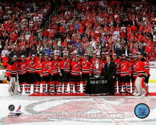 The Poster Corp Die New Jersey Devils mit dem Prince of Wales Trophy nach dem Gewinn der 2012 NHL Eastern Conference Finals Photo Print (25,40 x 20,32 cm)