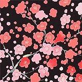 Schwarzer Kreppstoff mit Pflaumenblüten
