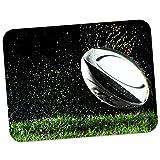 Fancy A Snuggle Tapis de souris de grande qualité en caoutchouc épais doux et confortable avec image de ballon de rugby de la coupe du monde Wet Ball Being Thrown On Field