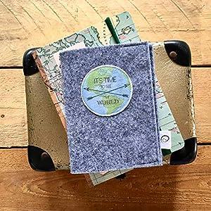 """Handgemachte ReisepassHülle""""Fernweh"""" aus hochwertigem Textilfilz – der perfekte Wegbegleiter für Reisende."""
