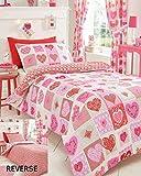 Il copripiumino per letto singolo è un complemento ideale per ogni stanza: è caratterizzato da un disegno a cuori e fiori nei toni del rosso e rosa. Realizzato in morbido cotone, questo set copripiumino ha un design reversibile ed è fornito d...