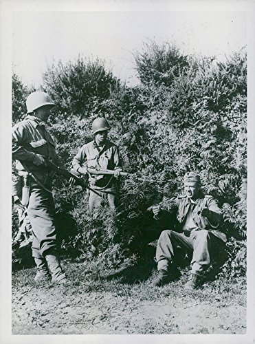 vintage-photo-of-american-soldiers-corporal-robert-becker-and-staff-sergeant-joseph-flores-capture-a