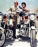 Erik Estrada de Officer Francis Llewellyn 'Ponch' Poncherello et Larry Wilcox de Officer Jon Baker in CHiPs 25x20cm Photo couleur