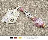 NAMENSANHÄNGER – Anhänger mit Namen | Baby Kinder Schlüsselanhänger für Wickeltasche, Kindergartentasche, Schultasche oder Rucksack mit Schlüsselring | Mädchen Motiv Schmetterling in rosa