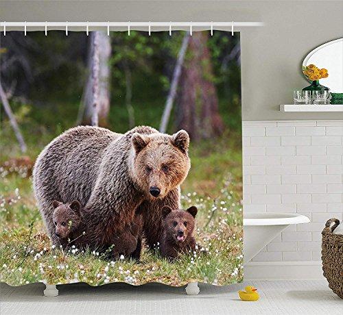Wilderness Duschvorhang von Mutter Bär schützt ihre Jungen im finnischen Wald Nordic Picture Fabric Badezimmer Dekor Set mit Farngrün und Kakao - Kakao-winkel