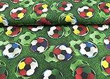 Cooler Baumwoll Jersey Stoff gemustert mit XXL Fußbällen zur WM auf einem Spielfeld grün | Maße: 25 cm x ca. 145 cm | 1A ÖKO-TEX Qualität Standard |