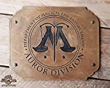 Harry Potter AUROR DIVISION Holzschild. Trete dem Magischen Gesetz bei und kämpfe gegen die Todesser. Hergestellt aus Holz und handbemalt und für einen Filmlook gealtert