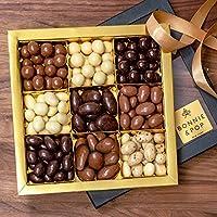 Ampiamente pieno cesto regalo pieno zeppo di deliziose noci ricoperte di cioccolato rende questo dono giorno di un grande Valentin, regalo di Natale - di doni aziendali o personali.