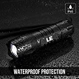 LE 2 Pack LED Torch, Waterproof IP65 200lm Handheld Flashlights, 6 AAA Batteries Included Bild 3