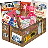 Süßes Paket für DDR-Naschkatzen - Bonbons Bodeta Himbeere, Mintkissen Viba, Zetti Schlager Süßtafel, uvm. +++ Traditionsprodukte in schicker Box mit Motiven aus der DDR +++ INKLUSIVE handlichem Büchlein mit Kochrezepten aus der DDR +++ für DDR-Entdecker und echte Ossi-Fans +++ Geschenkidee und Präsenkorb für jeden Anlass