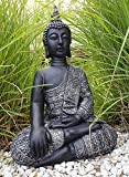 Sitzender Buddha für den Innen- und Außenbereich(frostfest), Statue als mediativer Ruhepunkt im Garten oder Raum, Steinfigur, Deko-Figur mit 45 cm Höhe 29 cm Breite und 18 cm Tiefe, silber und schwarz