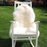 Premium Schaffell weiß von LANABEST. Luxus-Felle in Geschenk-Qualität. Wunderschöne Deko Schaffelle mit ganz kuscheliger, dichter und zarter Wolle. Absolut geruchsarm! Ein Blickfang auf dem Sofa, als Teppich oder als kuschelige Sitzunterlage. Premium Schaffell, Lammfell weiß, 90-100cm