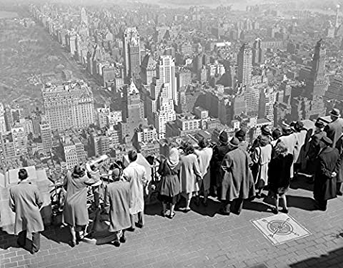 Vintage Images – 1940s Group Of Anonymous Tourists Standing On Top Of Rca Building Looking North Towards Manhattan Central Park Nyc Ny Usa Fine Art Print (27.94 x 35.56 cm)