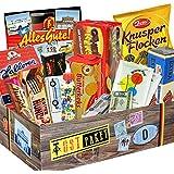 """Ostpaket """"DDR SÜSSIGKEITEN BOX"""" Geschenkverpackung mit Ostmotiven. DAS Ostprodukte Geschenk mit bekannten Marken wie Halloren, Wikana und Viba. Ein tolles Geschenk mit Traditionsprodukten und Kultprodukten aus der ehemaligen DDR."""