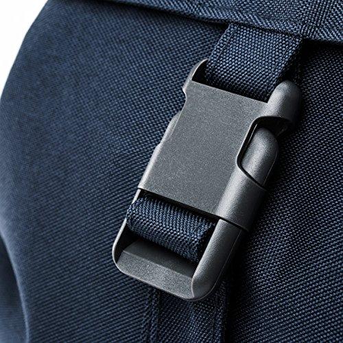 Imagen de eco  solapa con cierre tipo saco y bolsillo en la parte trasera hecha con material reciclado 100% rpet azul oscuro  alternativa