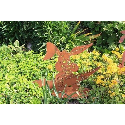 Coniglio con carota su piastra in acciaio ruggine decorazione pasqua