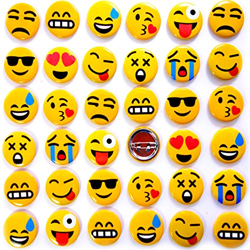 German Trendseller® - 1 x Emoji Button zum Anstecken ┃ Party Emoticons ┃ Pins┃ Mitgebsel ┃ Kindergeburtstag ┃ Emoji Abzeichen (Button-dunkle T-shirt)