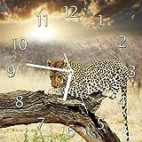 Wallario Glas-Uhr Echtglas Wanduhr Motivuhr • in Premium-Qualität • Größe: 30x30cm • Motiv: Leopard auf Baumstamm in Afrika